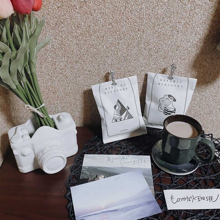 素敵な箱を開けた瞬間から心地よいコーヒーの香り。 小説好きの私にはとても幸せで堪らない。久しぶりにほっこりしっとりした時間を過ごせました。こういう時間を大切にしたいな。こんなにも素敵なんだから、自分へのプレゼントにはもちろん。大切な人にプレゼントするのめちゃくちゃおすすめです ◎