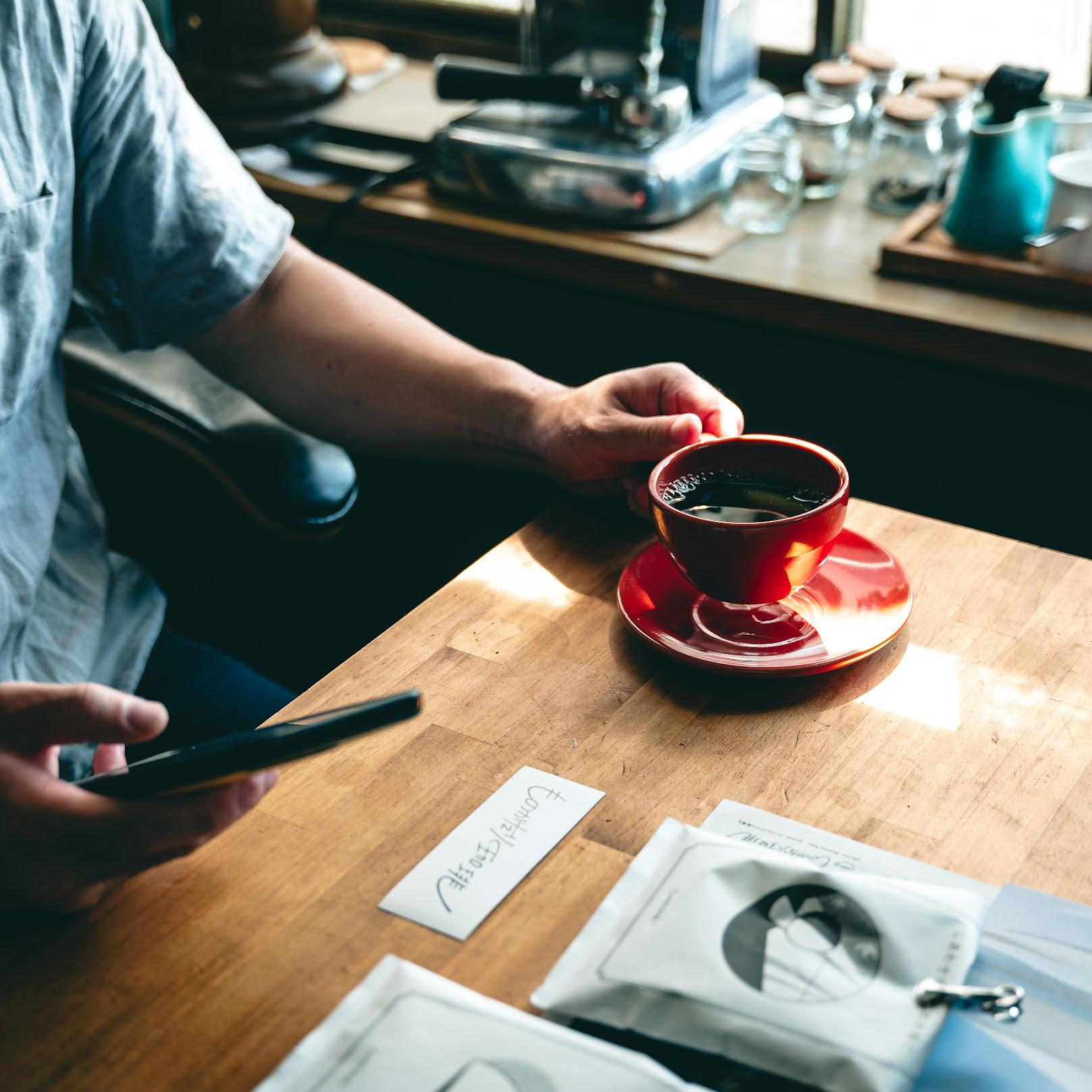 まずコーヒーがとても美味しい。書かれている説明通りに淹れると美味しいコーヒーが楽しめます。それを飲みながら2つの短編小説を読む。小説はQRコードをスマホで読み込んで見れます。いつもと違う珈琲時間を楽しめました。コーヒー、小説好きな人にはピッタリのサービス!